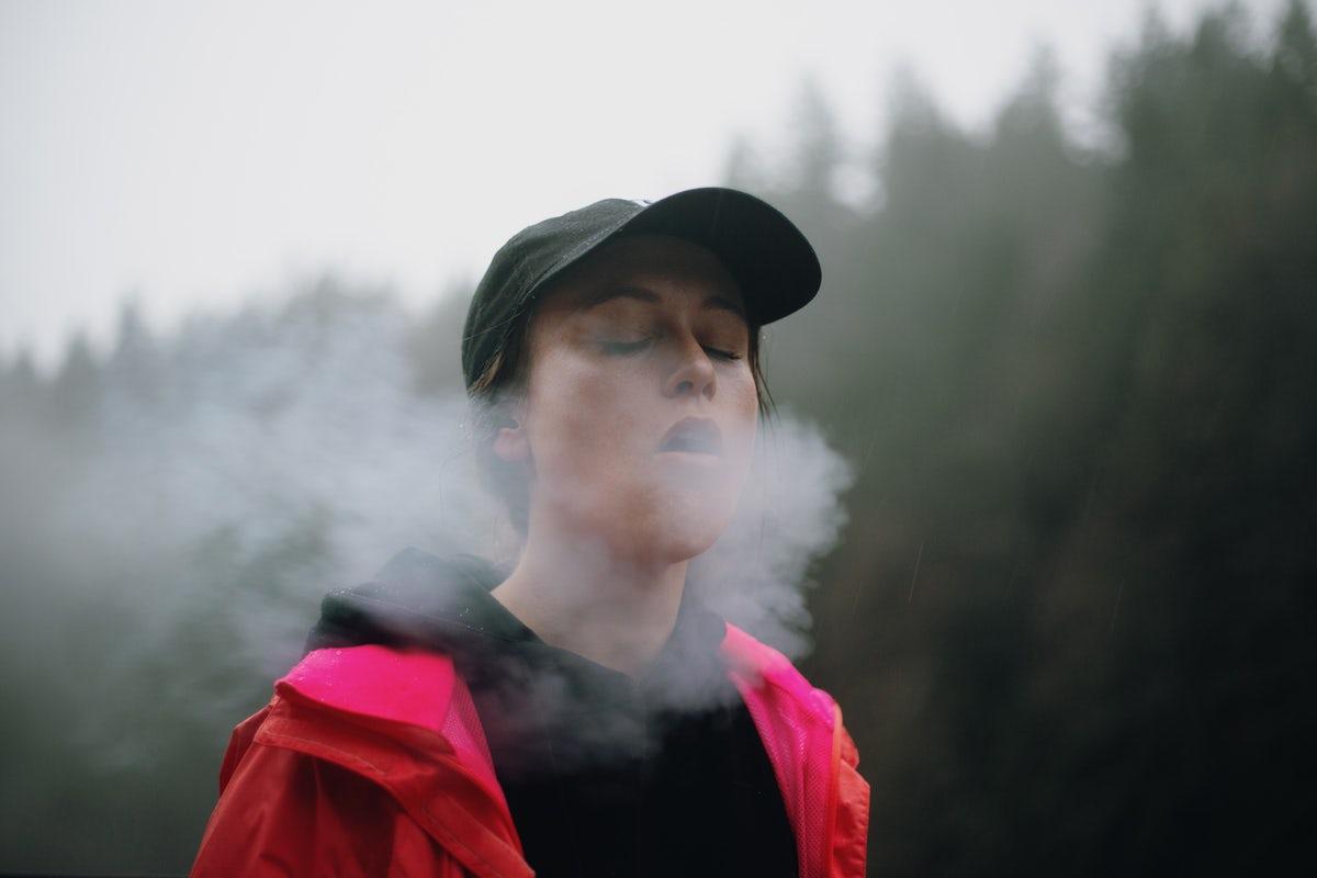 спортивная девушка курит